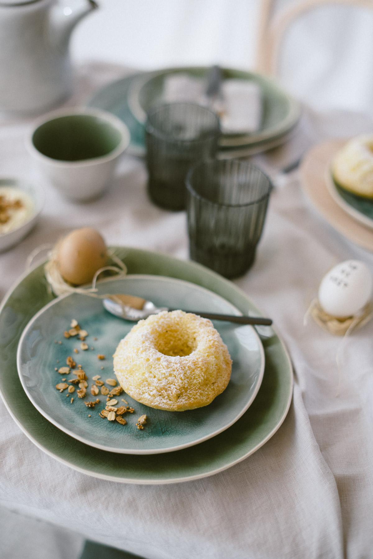 Kuchen auf Teller Osterbrunch
