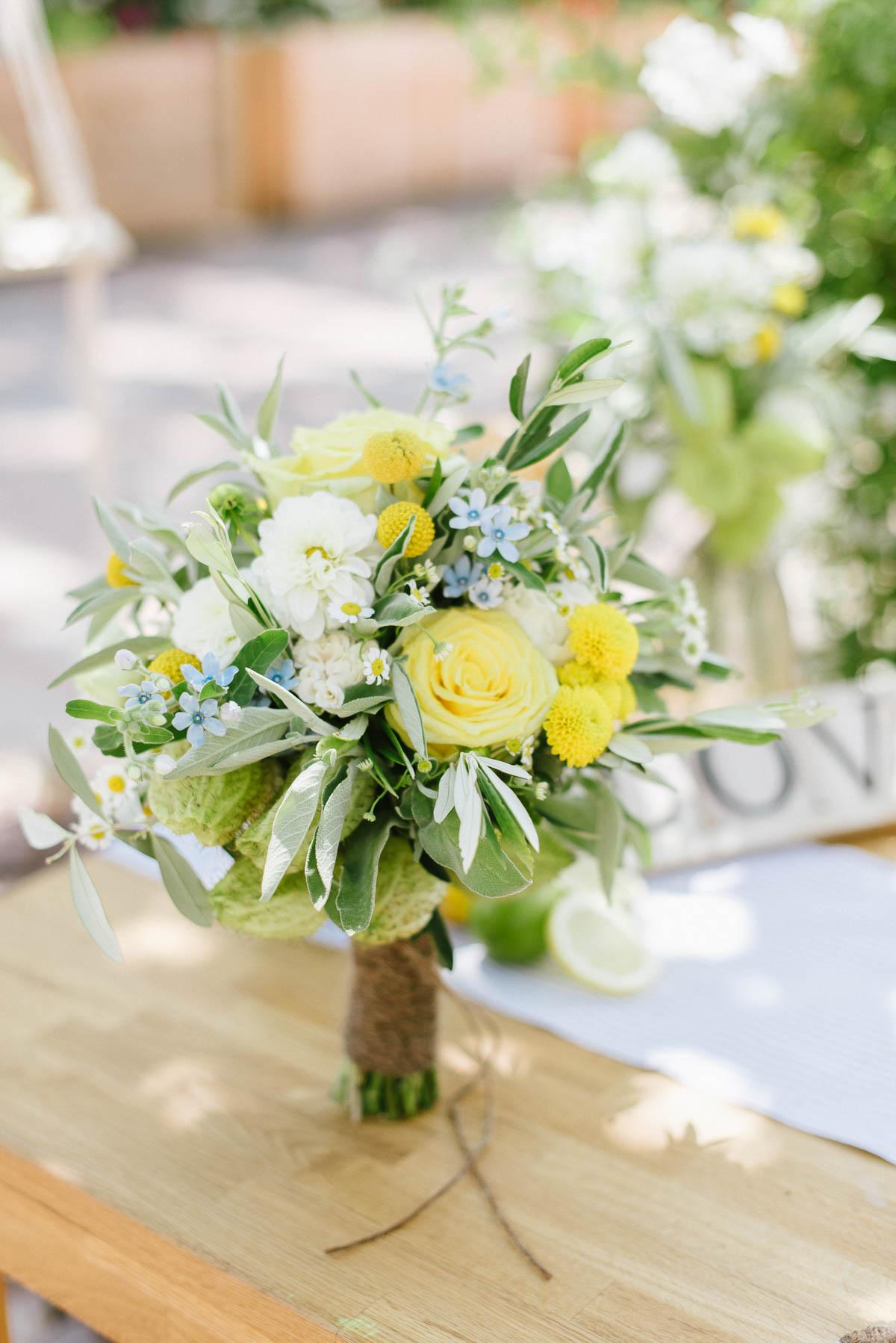 Blumenstrauß mit sonnigem Hintergrund - Produktfotos draußen fotografieren