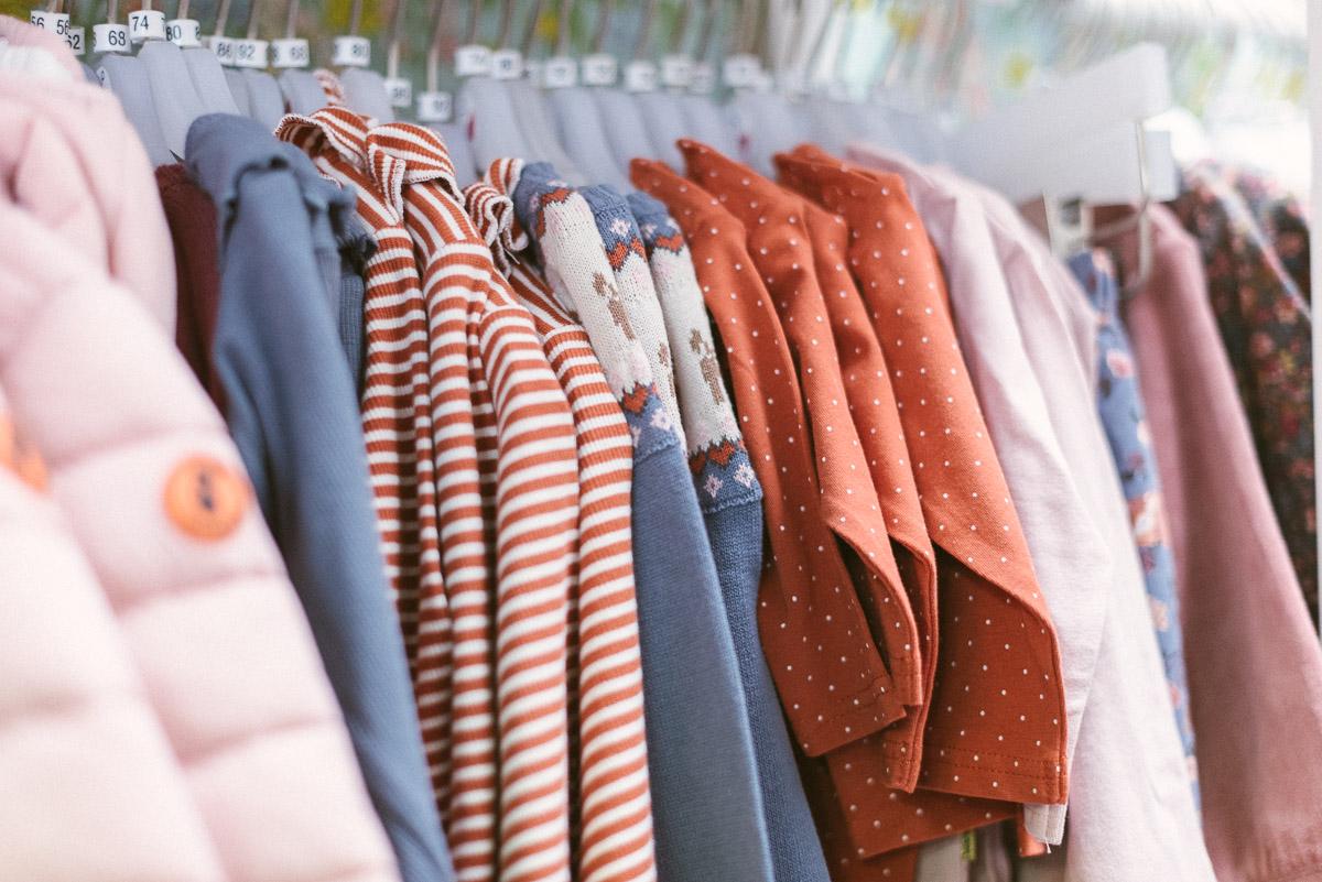 Details aus dem Laden: Kinderkleidung auf der Stange